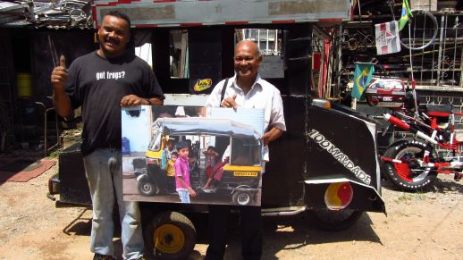 Dharavi based (Mumbai) activist Bhau Korde in Paraisopolis with artist Barbela for an URBZ workshop.