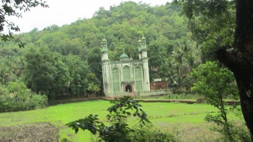 A mosque in its natural environment. Muslim communities have lived on the Konkan Coast for centuries.