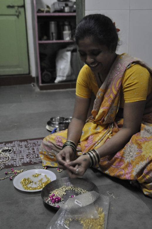 woman making jewlery in Dharavi